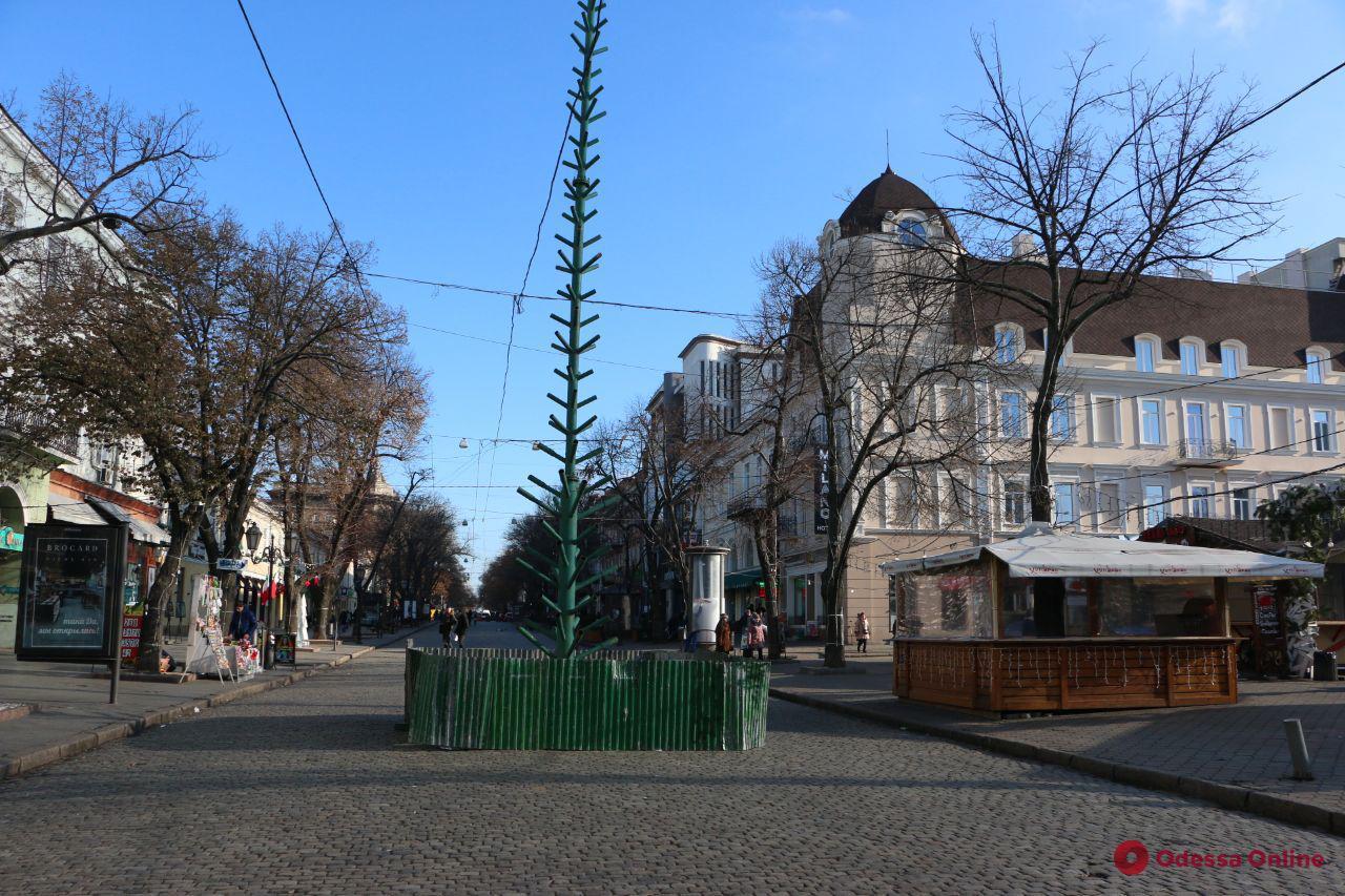 На Дерибасовской приступили к установке новогодней елки