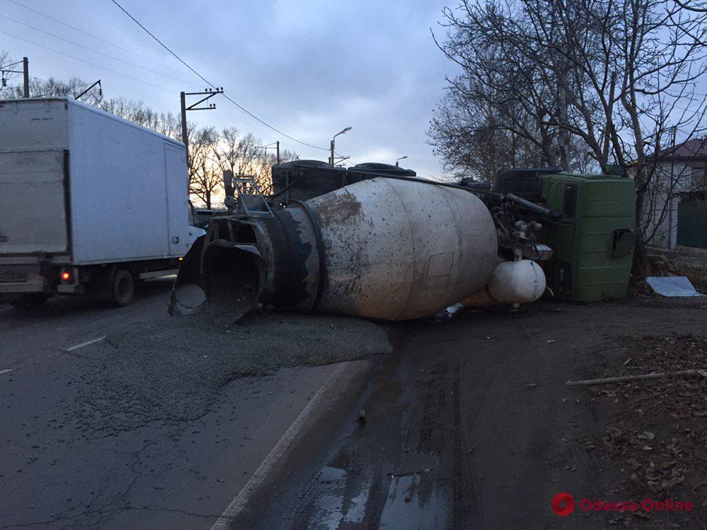 В Одессе КамАЗ столкнулся с Suzuki и перевернулся (фото)