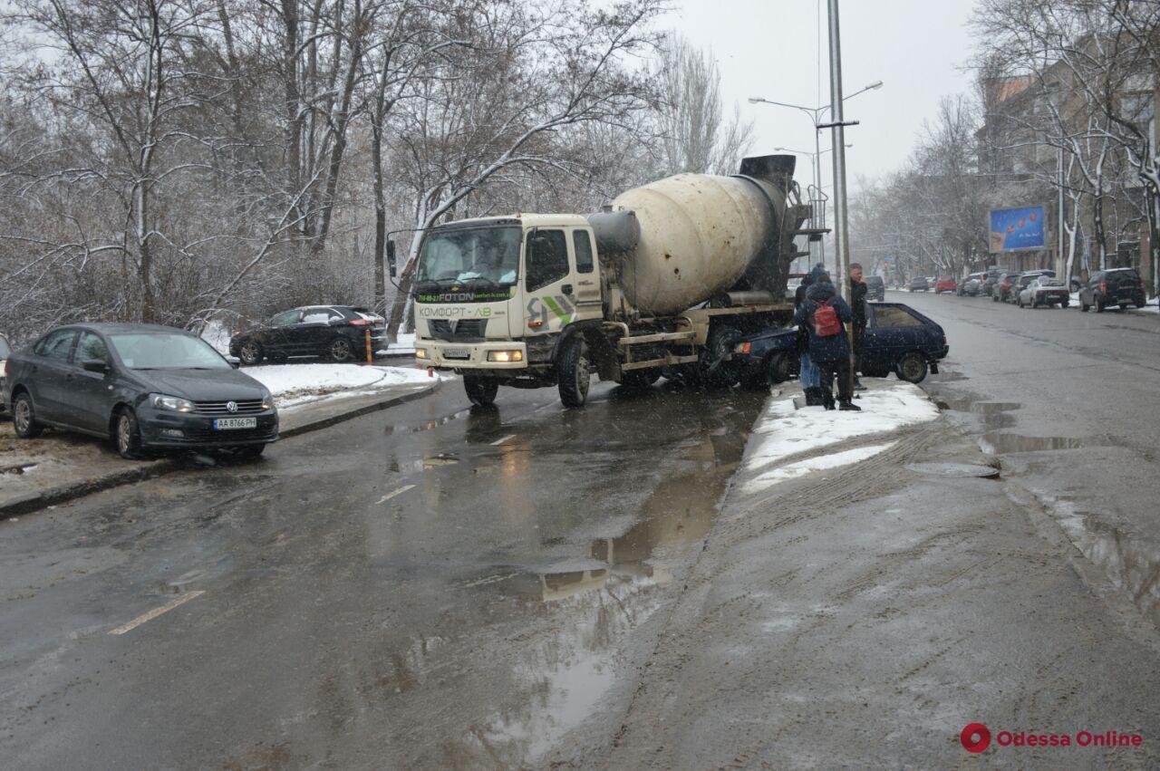 В Одессе столкнулись бетономешалка и легковушка (фото)