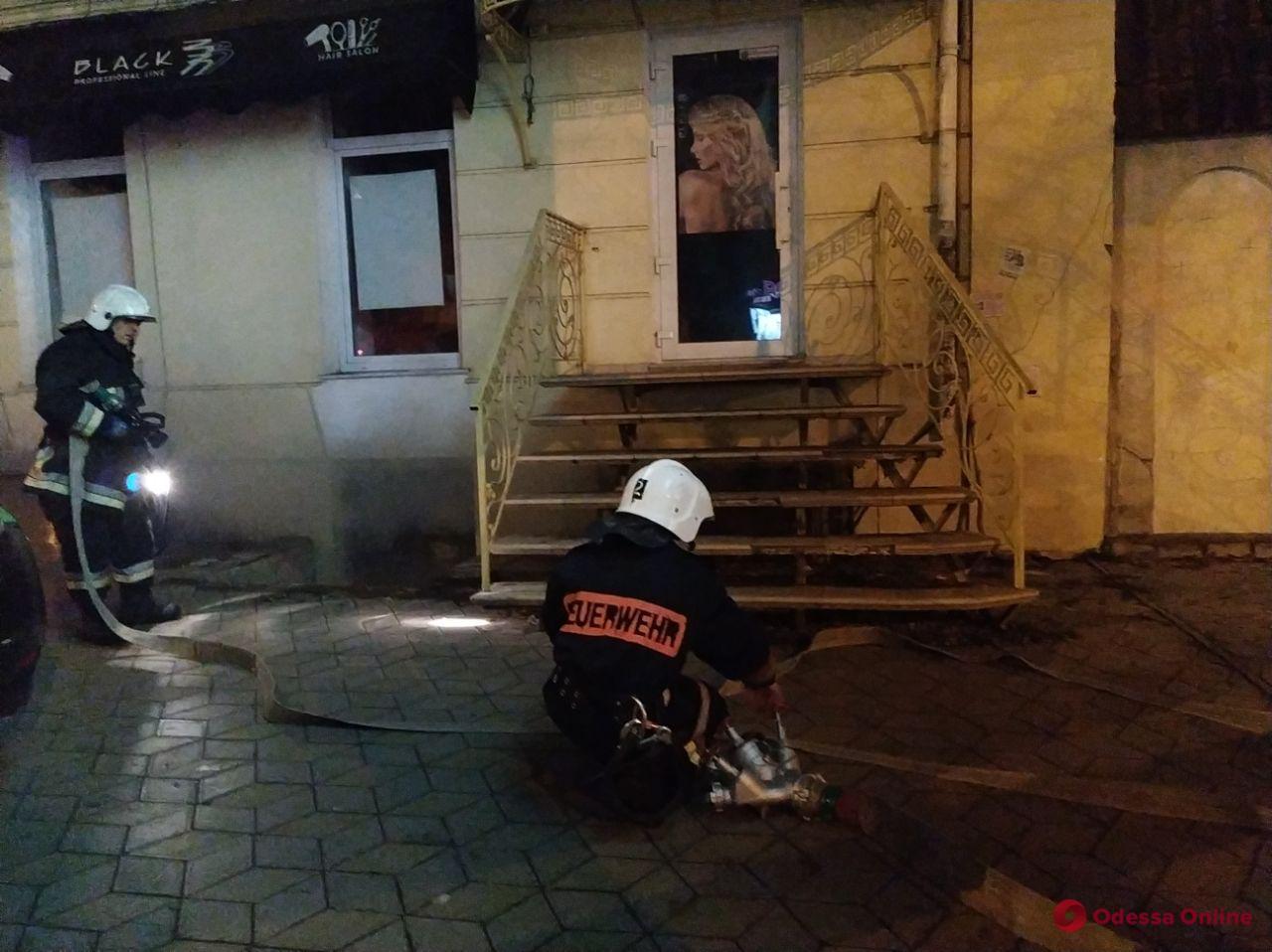 В центре Одессы тушат подвал (фото, видео)