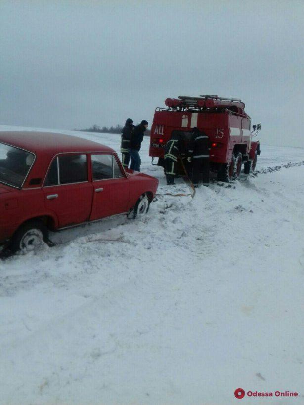 В Одесской области спасатели вытащили из снега три автомобиля