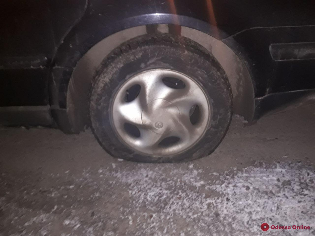Порезал шины на автомобиле: в центре Одессы задержали пьяного неадеквата