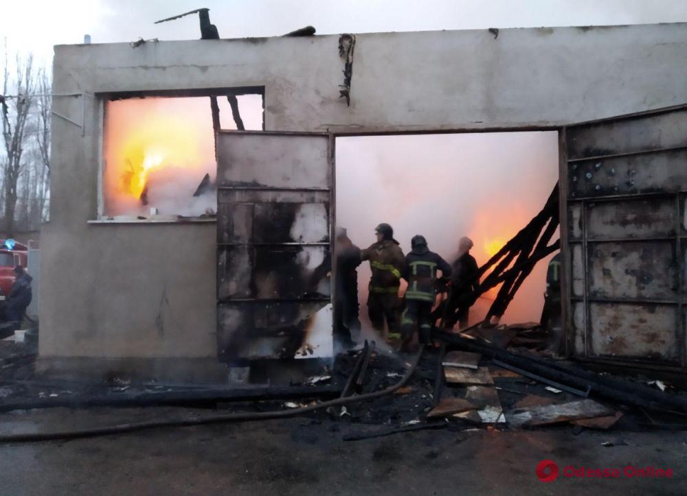 В Одессе почти полсотни пожарных тушили склад на бывшем заводе «Микрон»