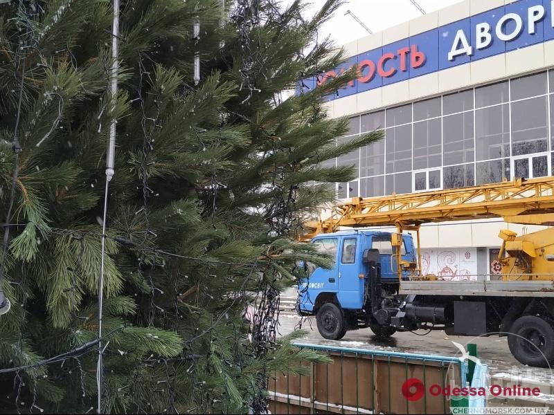 С главной елки Черноморска украли гирлянды