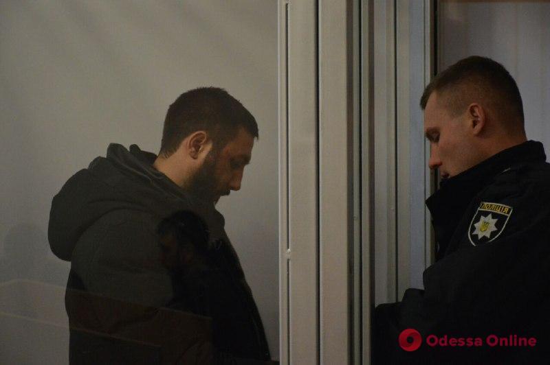 Втроем избили полицейского: одесский суд отпустил подозреваемых домой