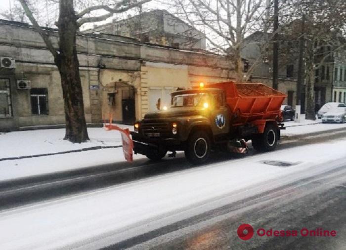 На улицы Одессы вышли 80 снегоуборочных машин