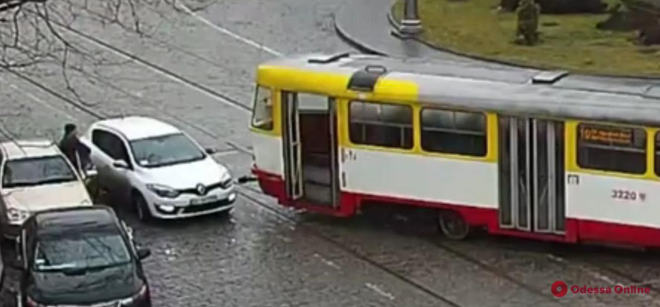 Не поместились: на Тираспольской площади легковушка подставилась под трамвай (видео)