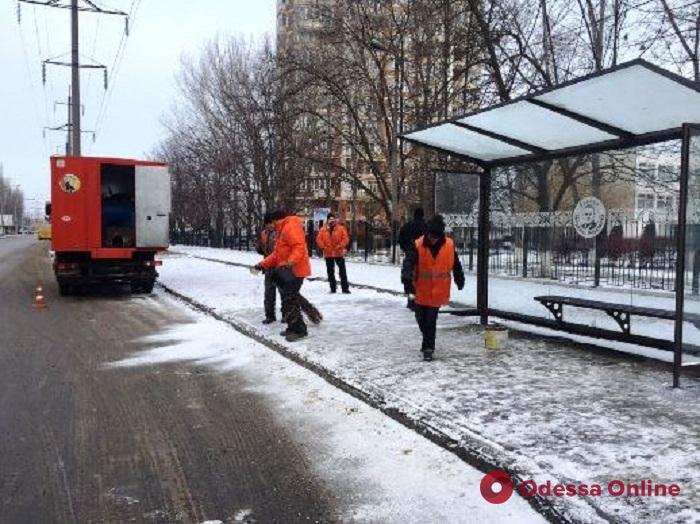 Одесские коммунальщики расчищают дороги от снега и наледи