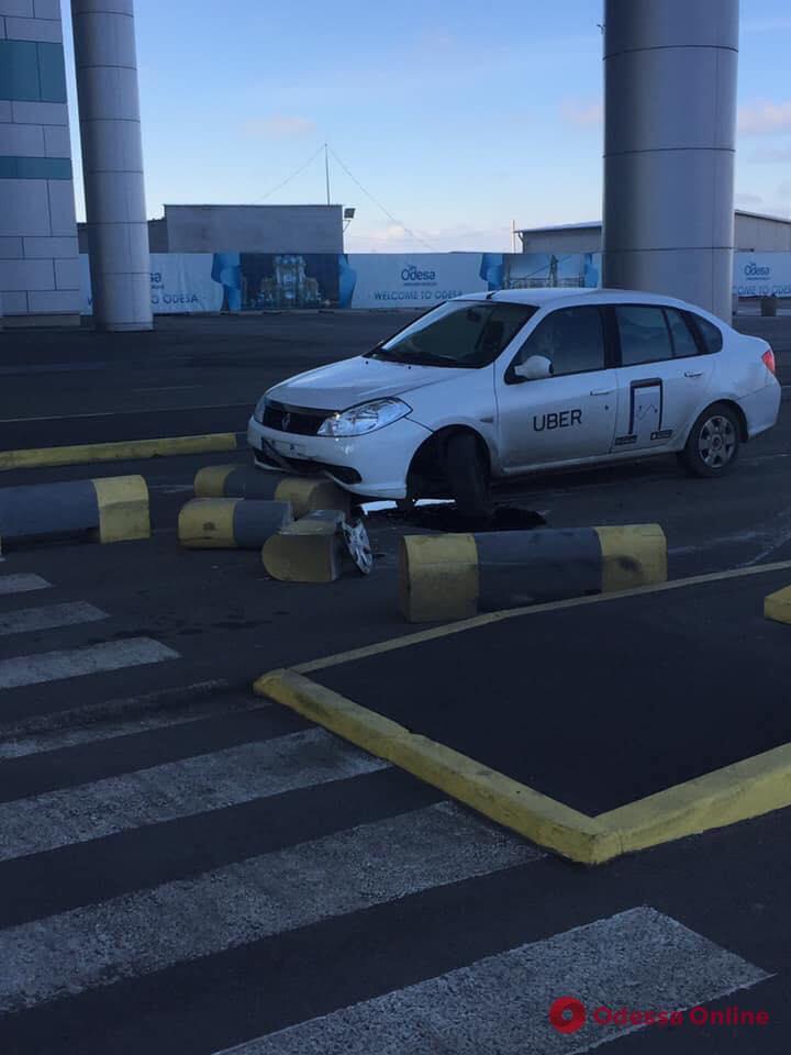 Возле Одесского аэропорта автомобиль Uber «пересчитал» ограждающие столбики