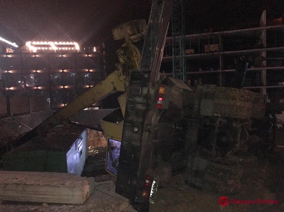 На работника одесской стройки рухнул автокран