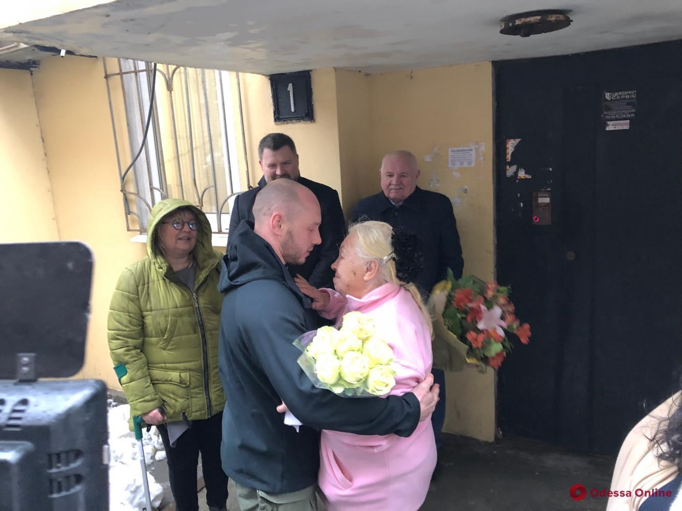 В Одессе встречали освобожденного из иранской тюрьмы моряка