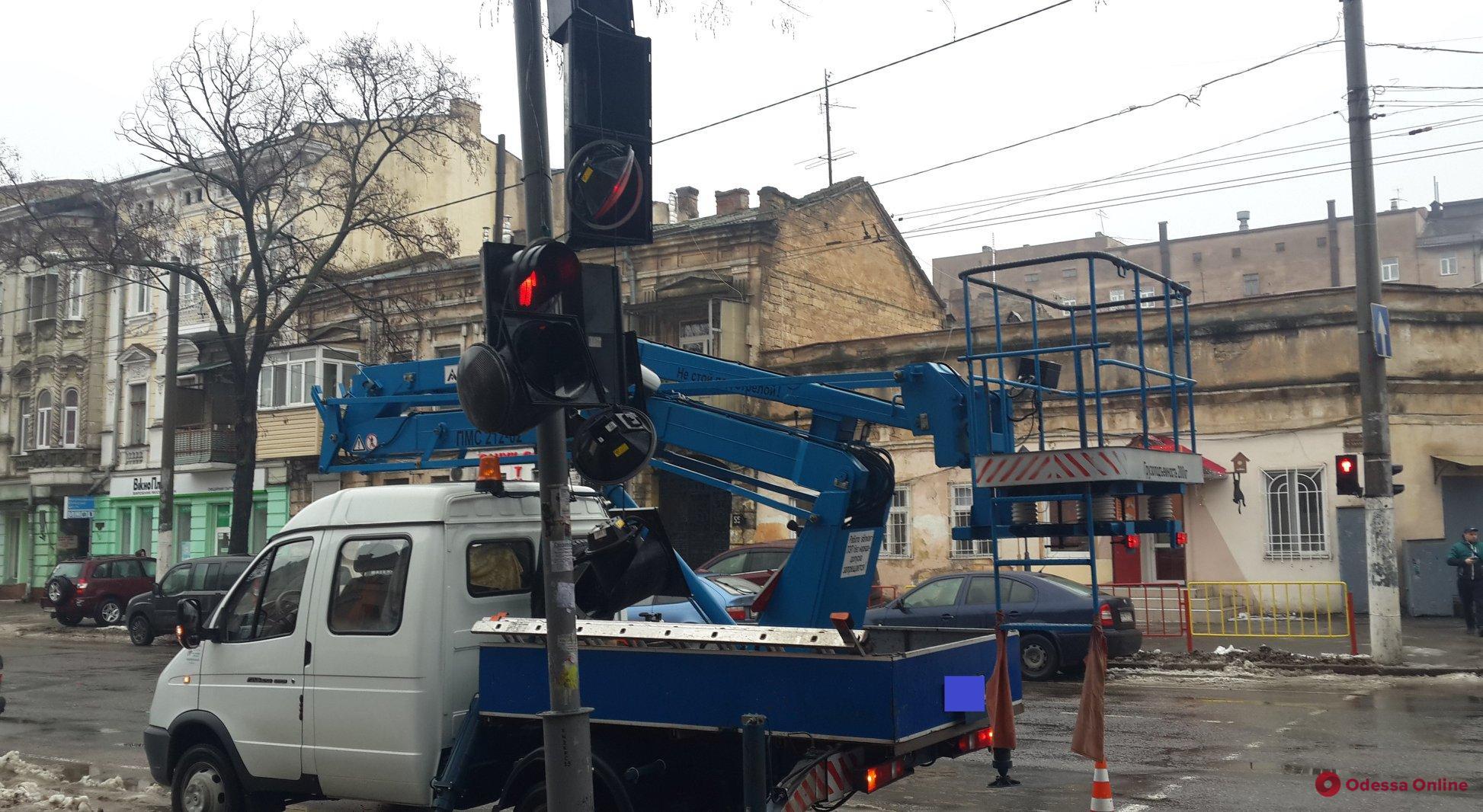 Одесса: на оживленном перекрестке в центре города восстановили работу светофора