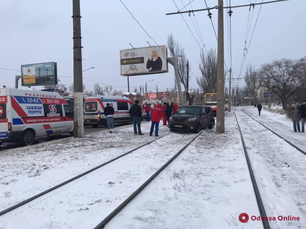 На поселке Котовского автомобиль врезался в электроопору: пострадал ребенок