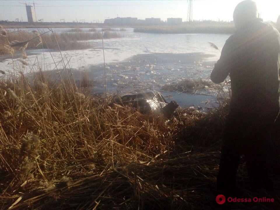 В Одессе BMW съехал с дороги и упал в озеро
