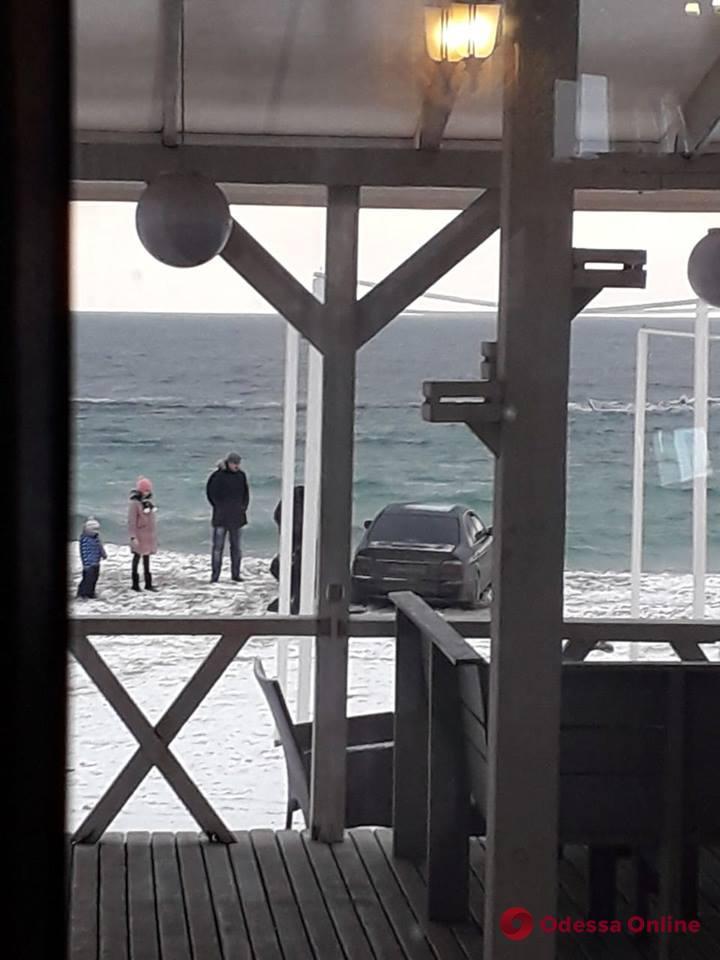 В Одессе автохам заехал прямо на пляж и застрял (видео)