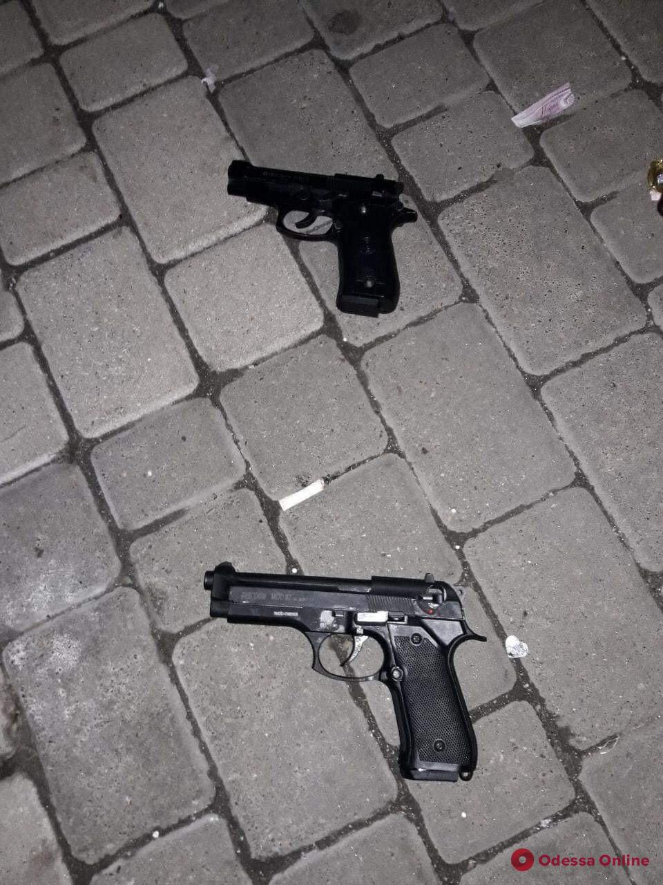 Двое парней устроили стрельбу в центре Черноморска