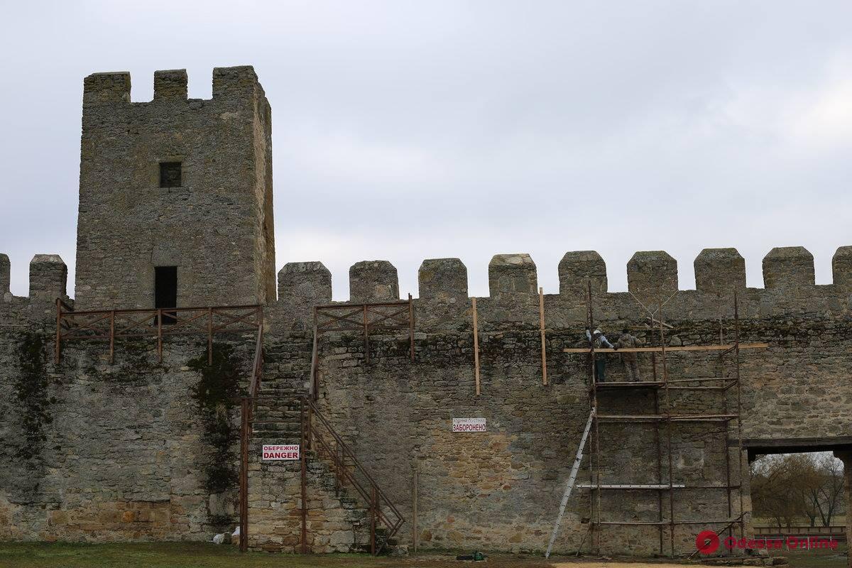 Вдоль стены Аккерманской крепости монтируют смотровую площадку