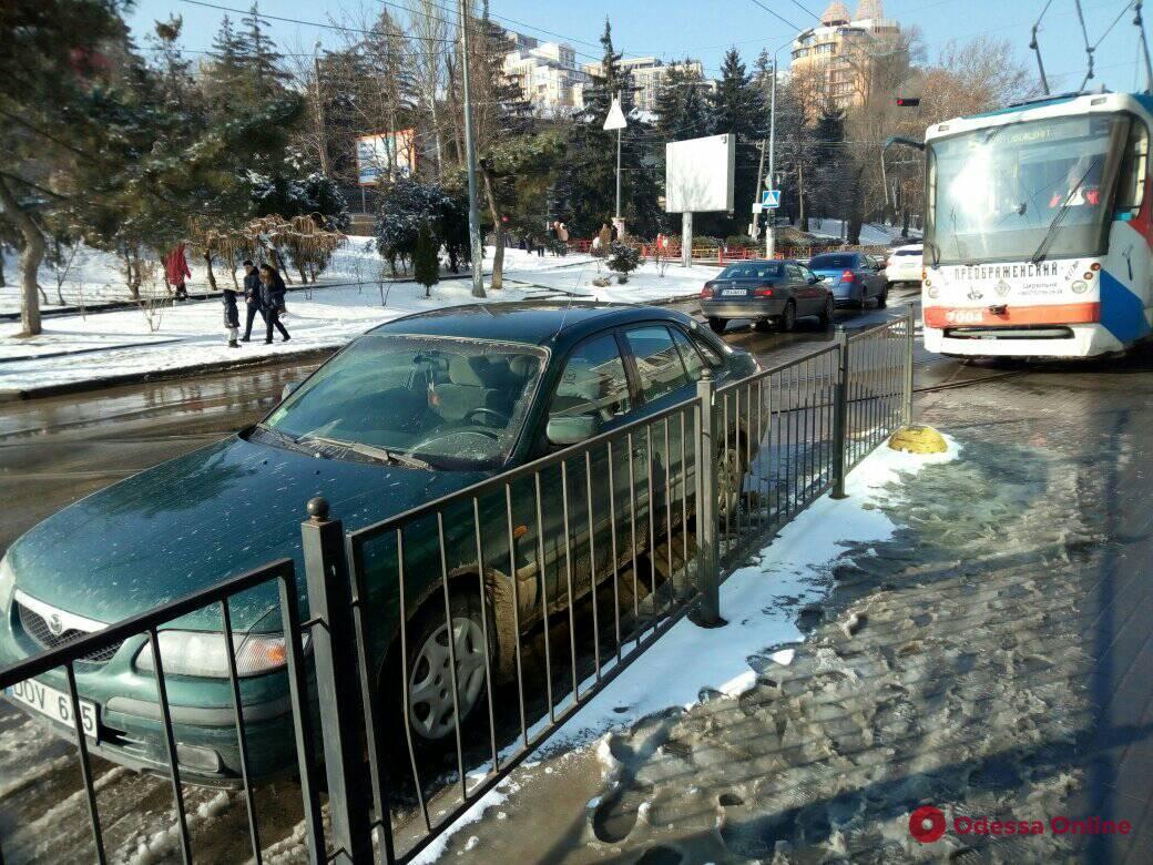 Автохам заблокировал движение трамваев в Аркадии (фотофакт)