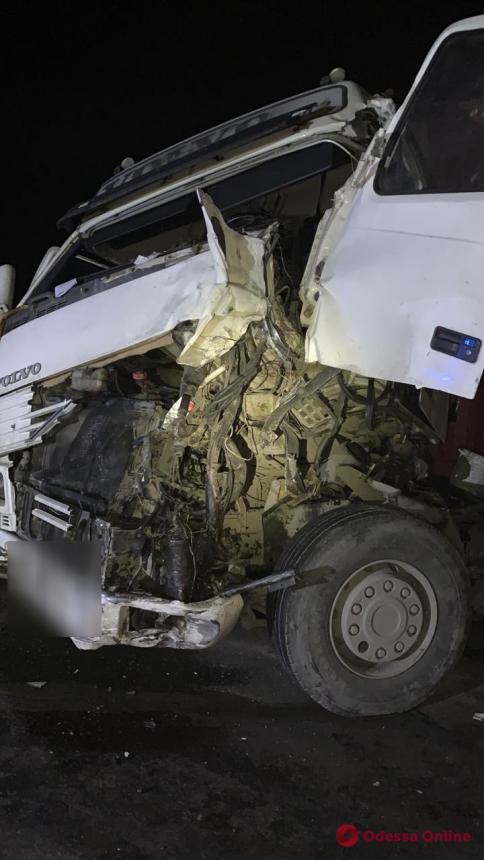Жуткое ДТП под Одессой: столкнулись фура, маршрутка и легковушка — есть погибшие
