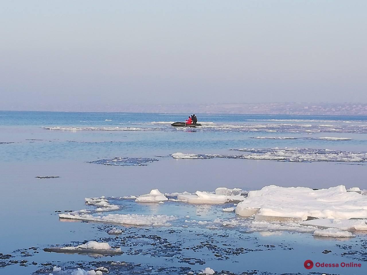 В Одесской области спасатели сняли с дрейфующей льдины четырех детей