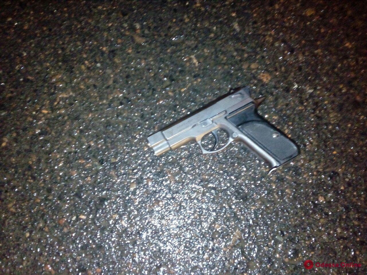 Возле бара на поселке Котовского неадекват устроил стрельбу — есть раненые