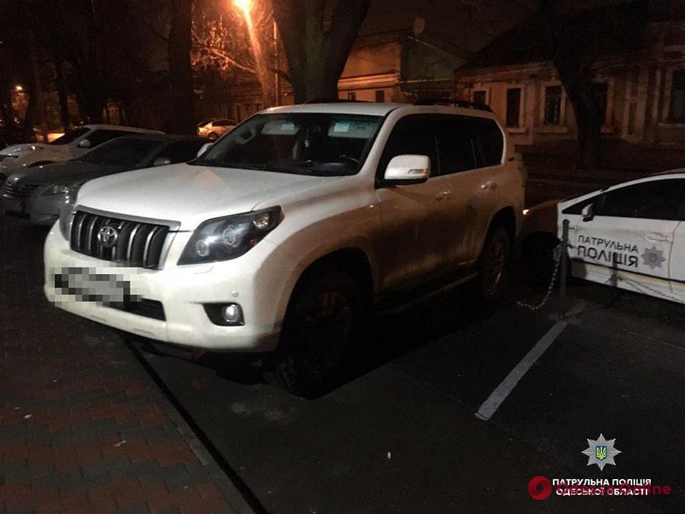 В Одессе пытались угнать Toyota Prado на глазах у владелицы