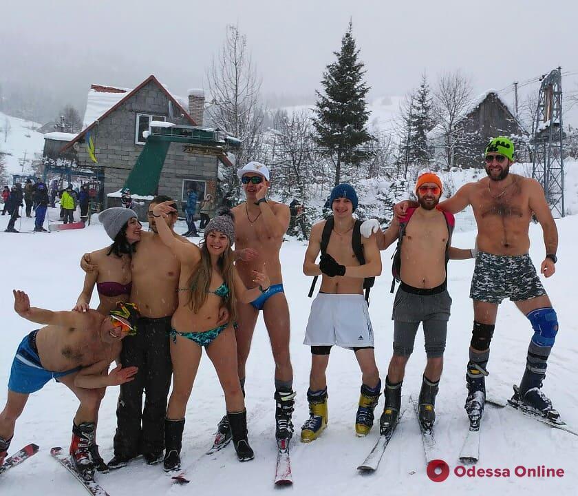 Голые и смешные: одесситы прокатились на лыжах в одном нижнем белье (фотофакт)