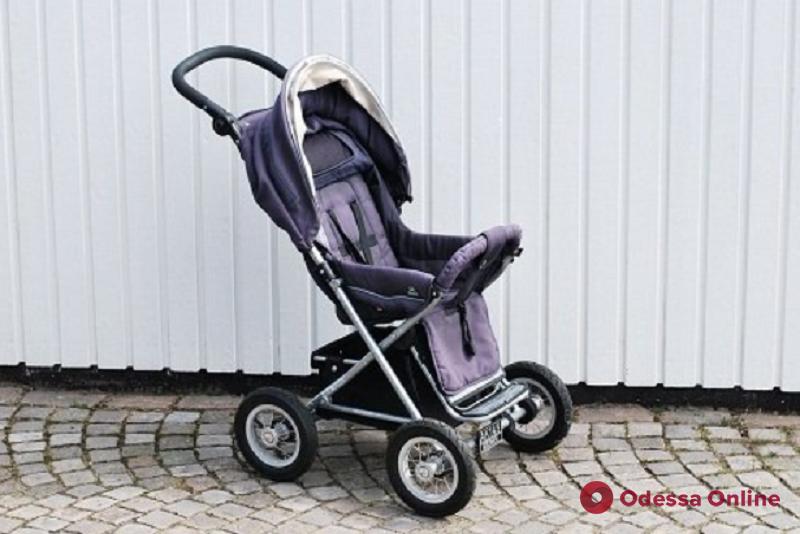 Прятали товар в детских колясках: в Одессе поймали двух магазинных воровок