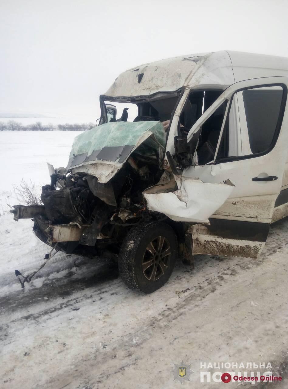 На трассе Киев — Одесса микроавтобус столкнулся с фурой: трое пострадавших