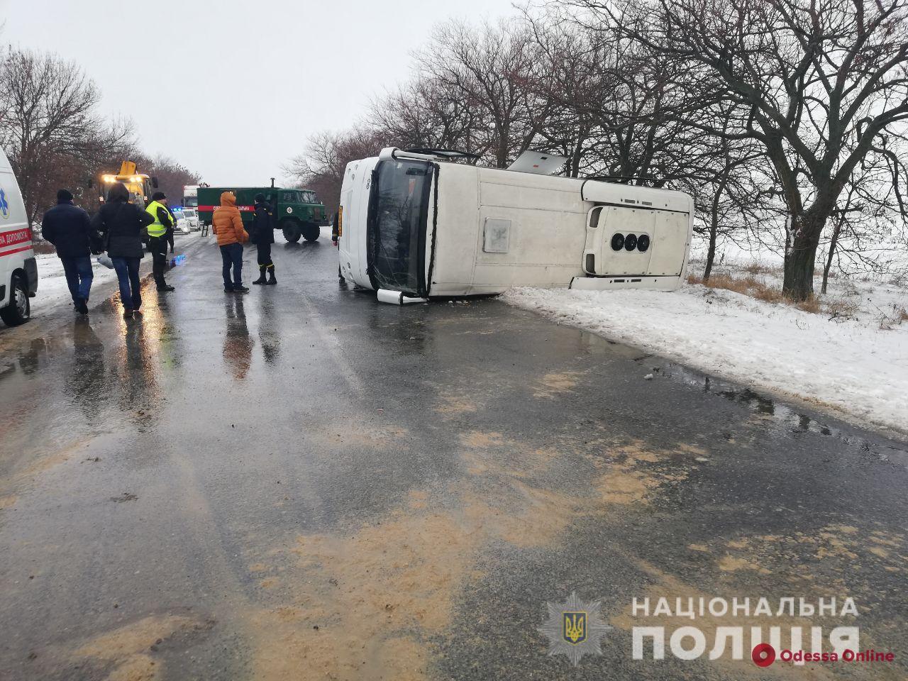 На трассе перевернулся автобус «Херсон — Одесса»: пострадали пассажиры