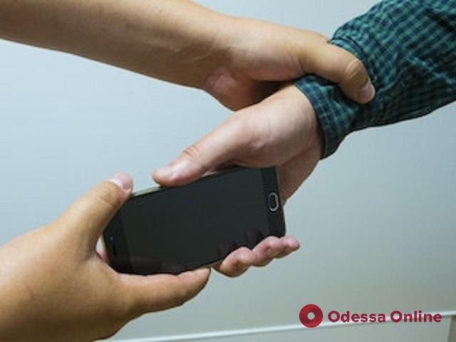 В Одессе трое школьников ограбили студента