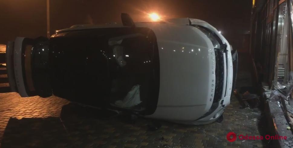 В витрину одесского магазина врезался Range Rover (видео)