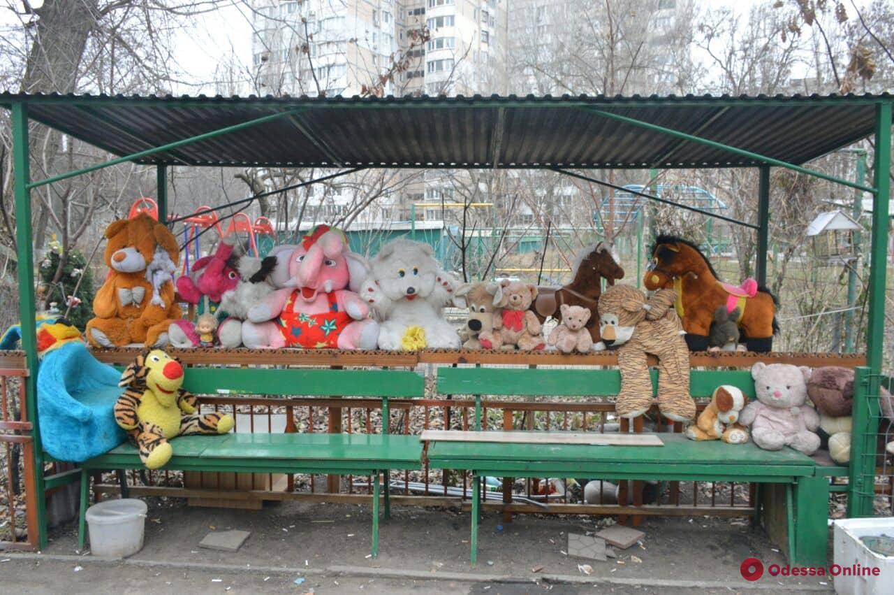 Куда уходит детство: во дворе на Таирова под дождем и снегом «живут» игрушки