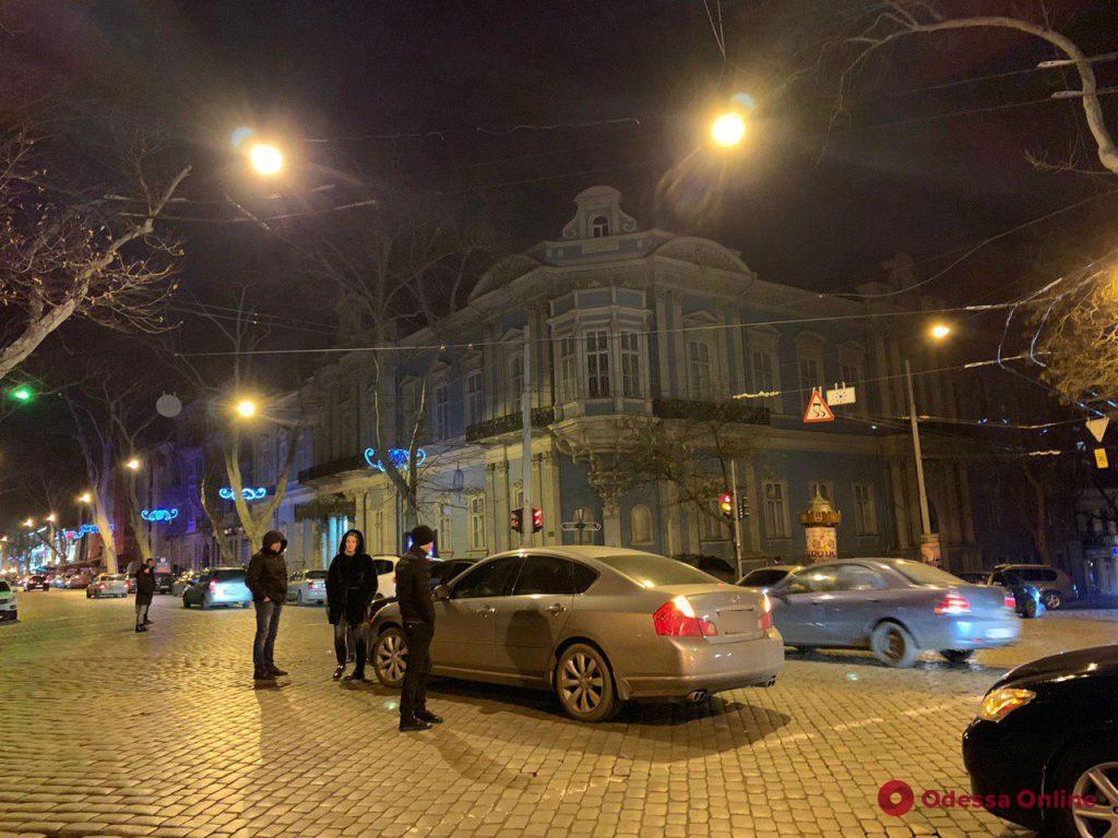 Infiniti vs Volkswagen: в центре Одессы произошло первое ДТП года