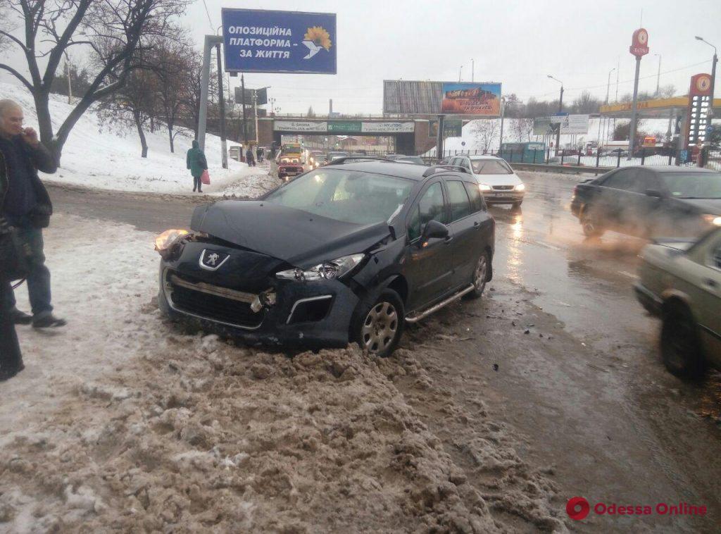 На Балковской столкнулись две легковушки и БРДМ
