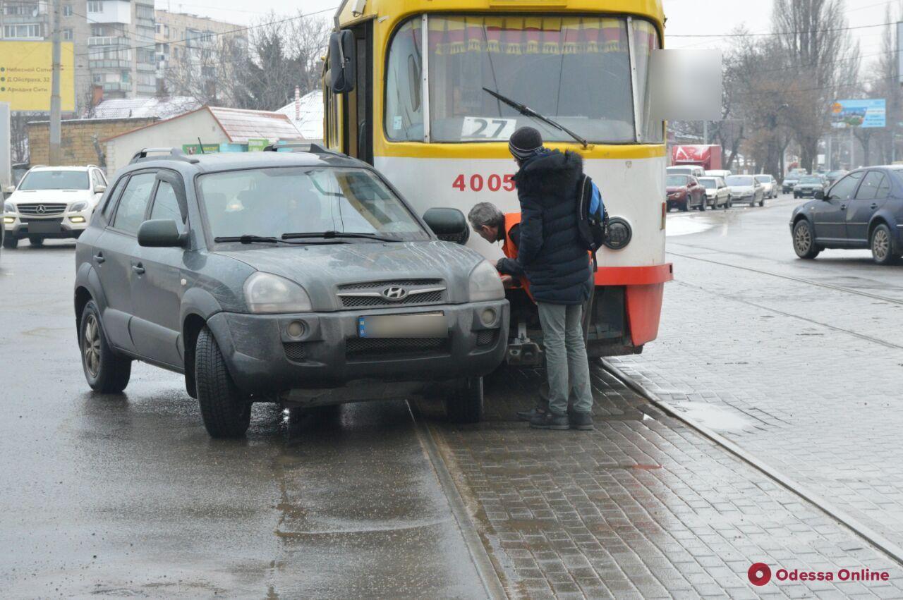 В Одессе водитель Hyundai врезалась в трамвай