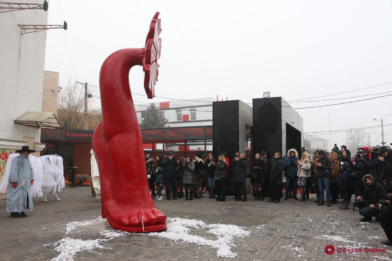В Одессе установили гигантскую красную туфельку