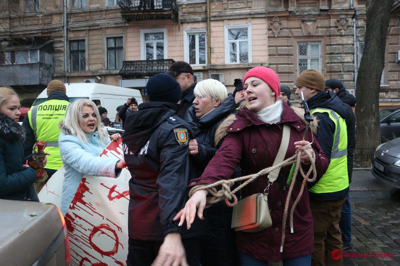 Акция протеста у одесского цирка переросла в потасовку: есть задержанные (обновлено)