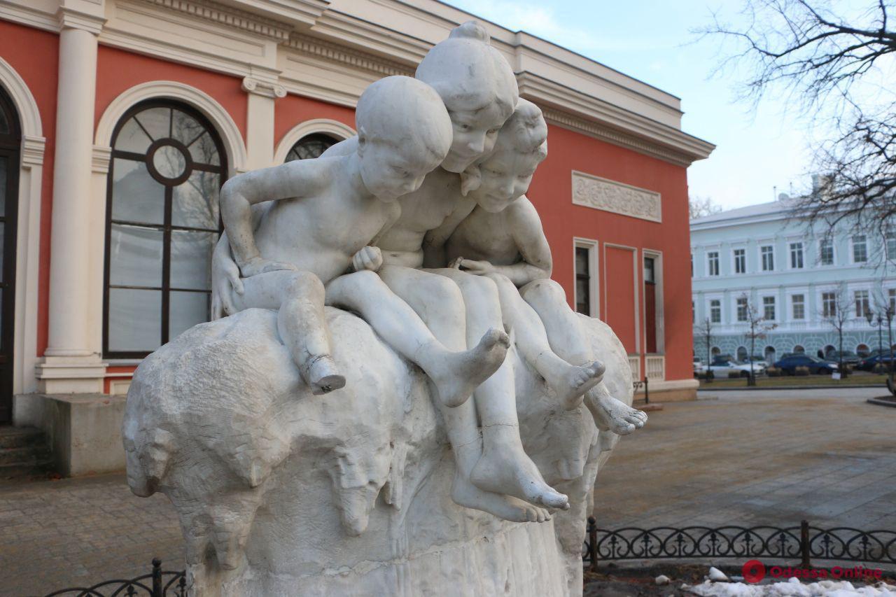 Одесса: вандалы повредили скульптуру-фонтан «Дети и лягушка»