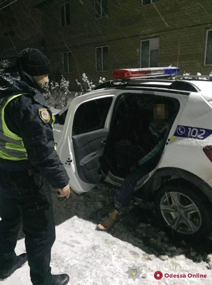 Босиком по снегу: полицейские вернули домой заблудившегося жителя Одесской области