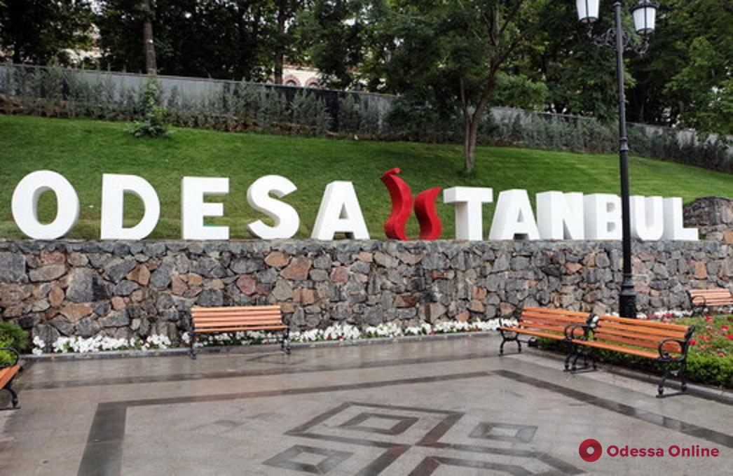 В Стамбульском парке вандалы поломали спортивные тренажеры, беседки и скамейки