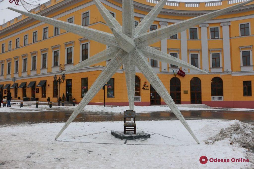 В стиле Ильфа и Петрова: в Одессе появился еще один стул