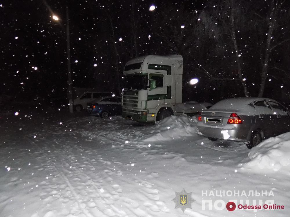 Одесская область: мужчина сливал топливо из машин своих соседей