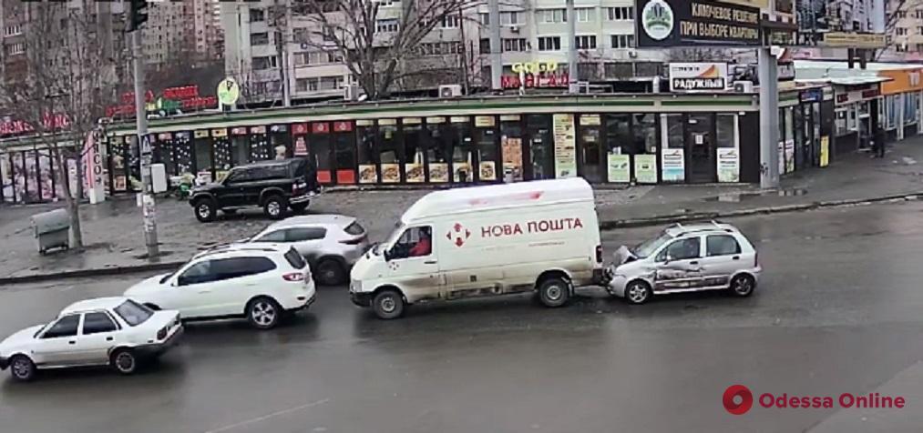 На Таирова легковушка врезалась в микроавтобус «Новой почты» (видео)