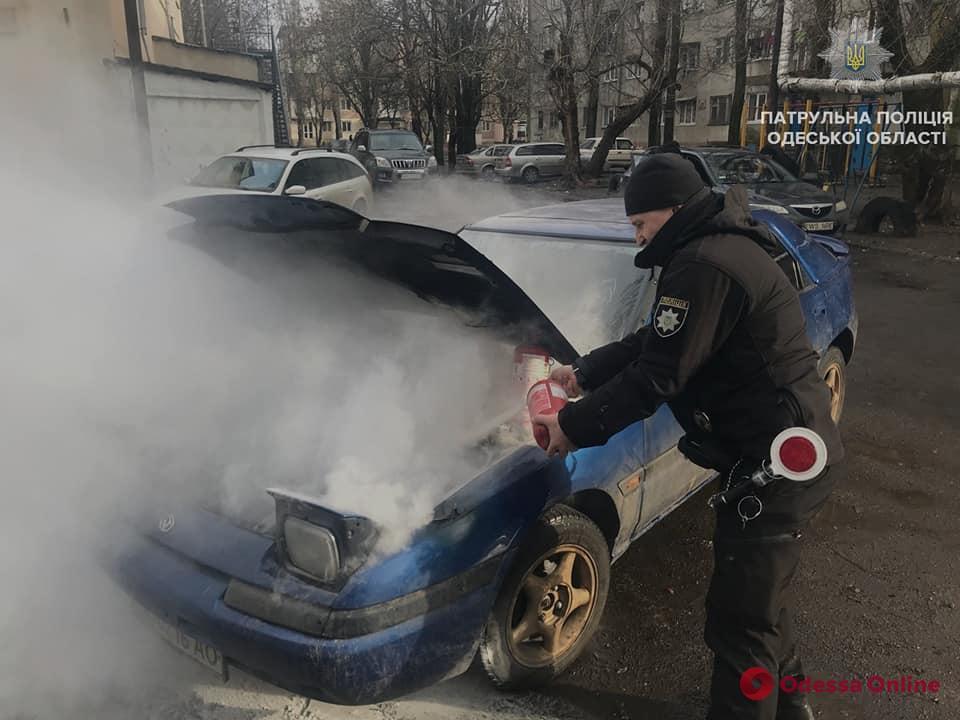 На Черемушках патрульные тушили автомобиль