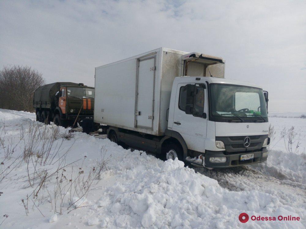Одесская область: спасатели вытащили из снежного заноса пассажирский автобус и скорую помощь