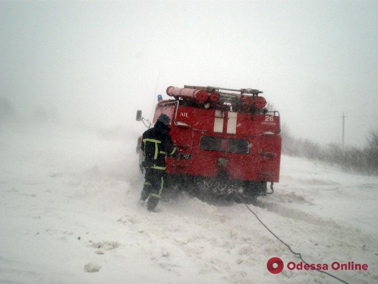 Одесская область: из-за непогоды спасателям приходится доставать машины из сугробов