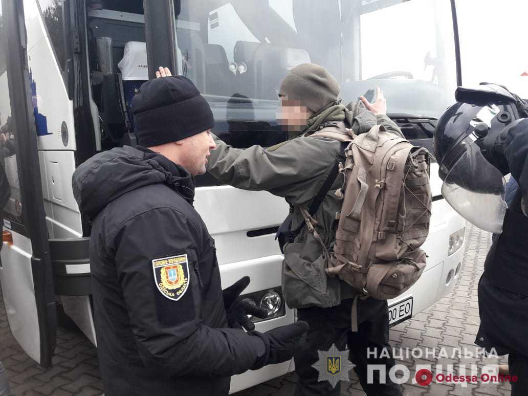 В автобусах с вооруженными людьми под Одессой были несовершеннолетние