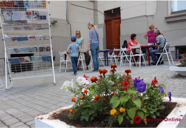 В одесской библиотеке собирают средства на благоустройство летнего читального зала