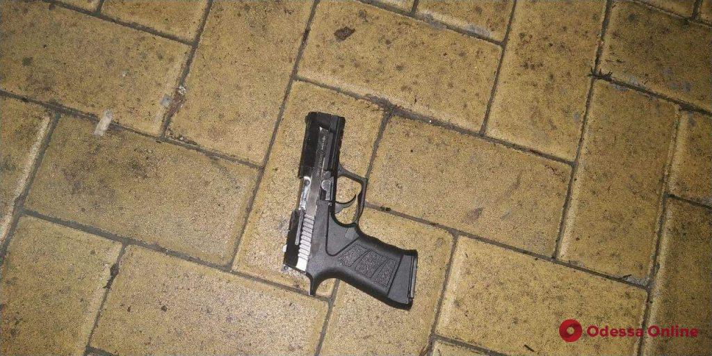Угрожал девушкам пистолетом: на Фонтане задержали грабителя
